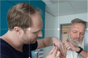 Man krijgt prik met pneumokokkenvaccin van huisarts